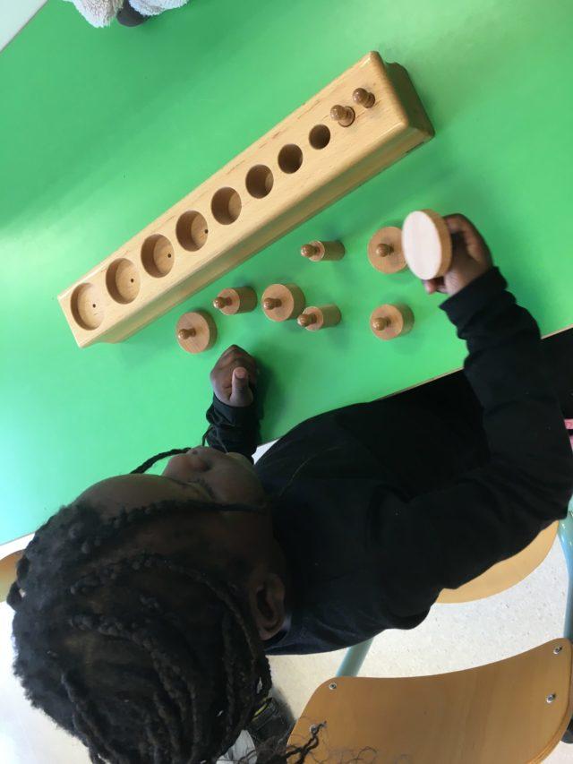 Sensoriel: les cylindres en bois